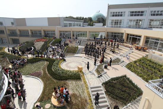 階段状の中庭での生徒による演奏