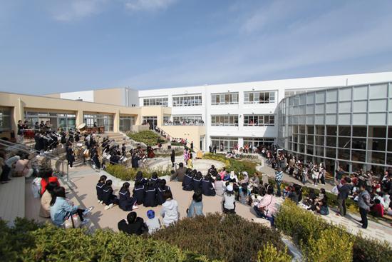 階段状の中庭での生徒の演奏