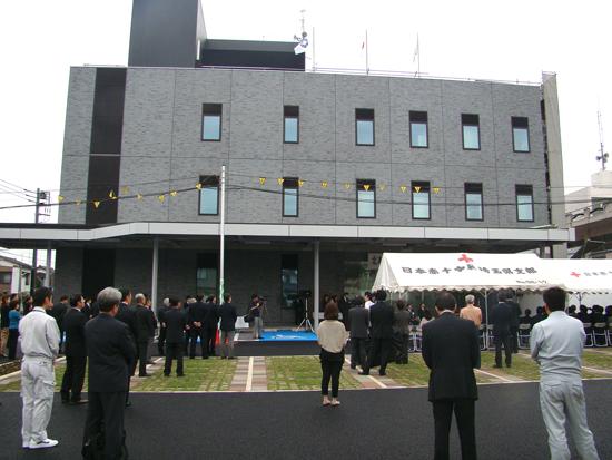 新庁舎のエントランス前、多くの関係者に見守られながらのセレモニー