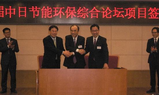 27日の署名式のようす/写真左から 上海高等研究院黄副院長、当社社長の佐野、パシフィックコンサルタンツ渡邊国際事業本部取締役本部長