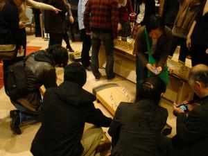 公演のあとの歓談。楽器を目の前に「音楽教室」。(2012年11月16日/第18回: 沢井一恵公演)