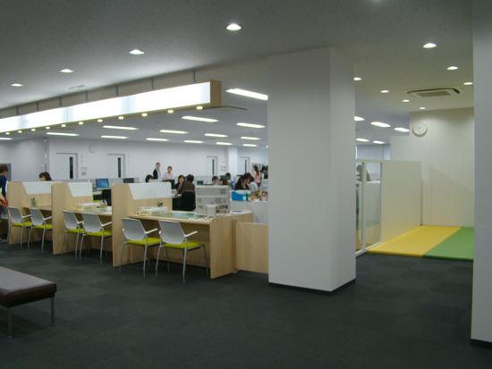 2階「こども課」にはキッズコーナーを設け、事務手続きの待ち時間などに配慮