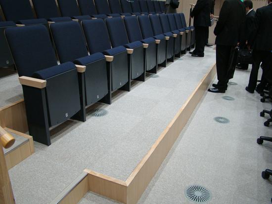 議場の傍聴席/床下からの省エネ空調。外気に比べ安定した地下ピットの空気を空調機で調整して送る。(クールチューブ、ウォームチューブ)