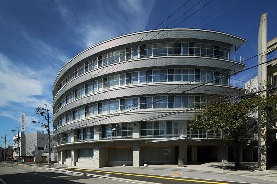 安心感を与える円弧を描く形はランドマークとしての巽病院を表現