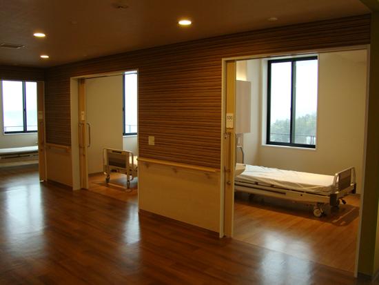 1室平均3.3㎡、出入口幅は目標2mで通常オープンの「見守り」やすいユニットに