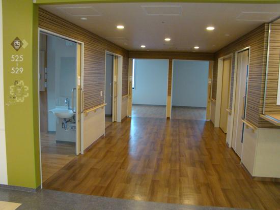 ユニットホールの幅は3mを確保、ベッドの回転搬入をスムーズに。5室1ユニットにトイレを1つ設置。