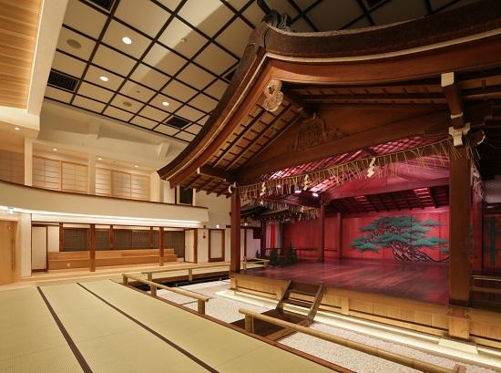 (平成24年度に改修が行われた観客席の内装改修工事で床暖房やベンチを設置)