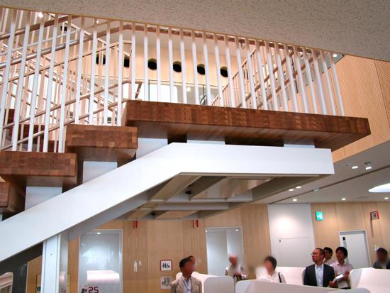 吹抜けで2階・1階をつなぐ階段