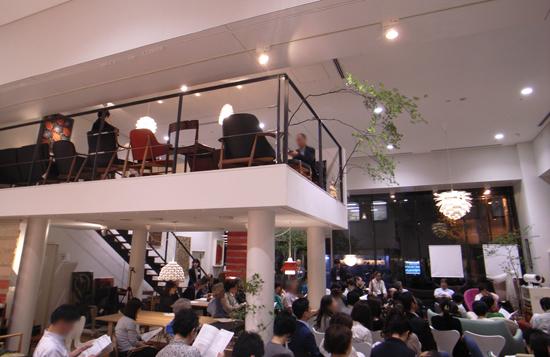 天井の高いこの会場を「音の実験的ステージ」に。中2階から降りそそぐ音に聴き入る。
