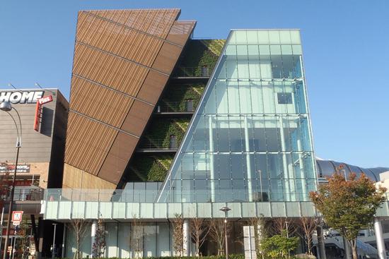 右奥には近接する「京セラドーム大阪」
