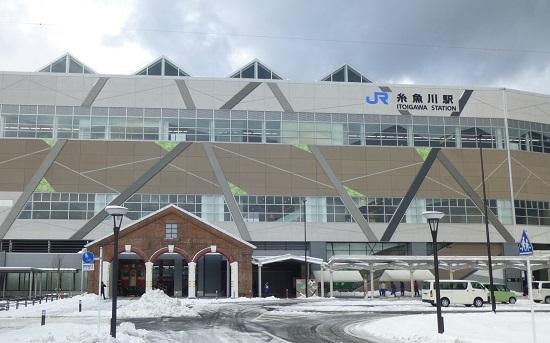 糸魚川駅の外観デザインは、「日本海、北アルプス、ヒスイ、糸魚川ジオパーク」をモチーフにしている