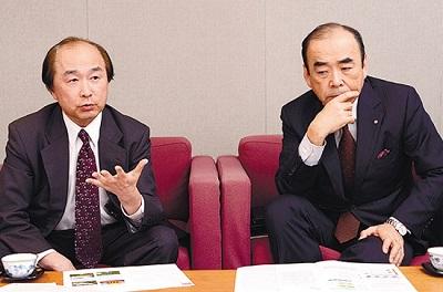 2月、日刊建設通信新聞社の取材に応じる佐野(右)と水川