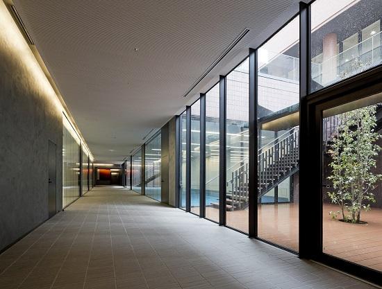 明るく開放的な地下の広々空間で多彩な活動が行える地下1階インタラクティブコート