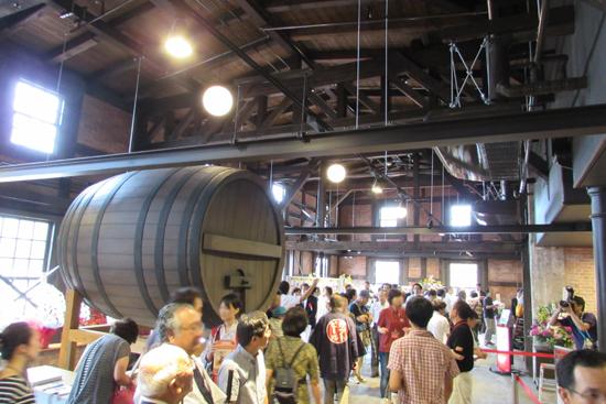 エントランスホール/大きな醸造樽のオブジェが象徴的。天井も既存の梁を表しています。
