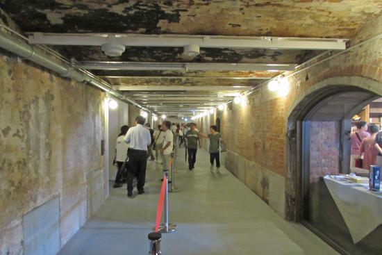 展示室へと続く通路/アーチのレンガ天井は創建当時のまま