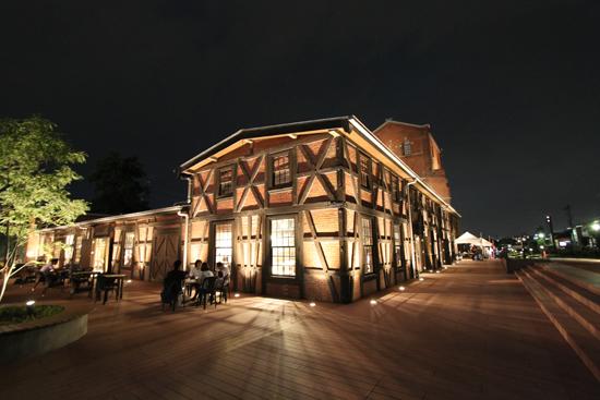 幻想的な夜景/カフェではジャズコンサートも行われ、21時の閉館まで多くの人でにぎわいました