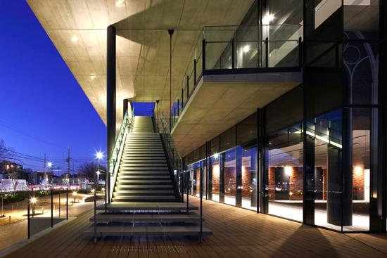 外部廊下や階段が立体的な交流空間、活動の場をつくる