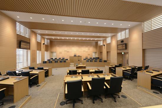 議会ゾーンを4階におき、議場は木のぬくもりが感じられる内装のしつらえ。写真※T