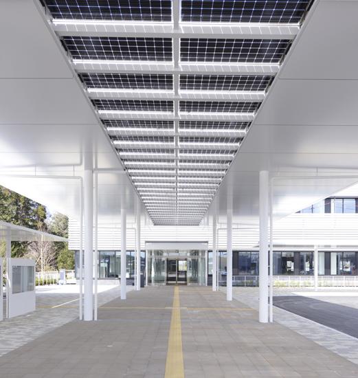 太陽光発電パネルが設置された大庇。写真※T