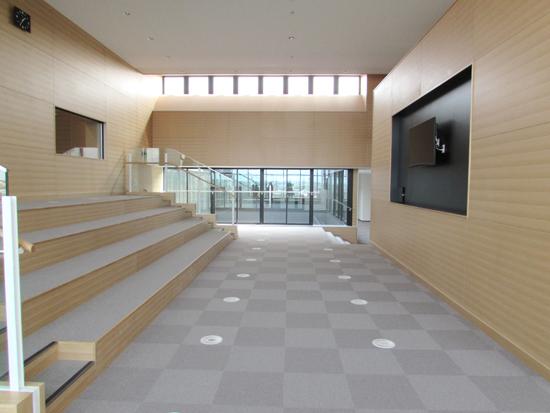 議場に隣接された「議場ラウンジ」は体験学習に場に。