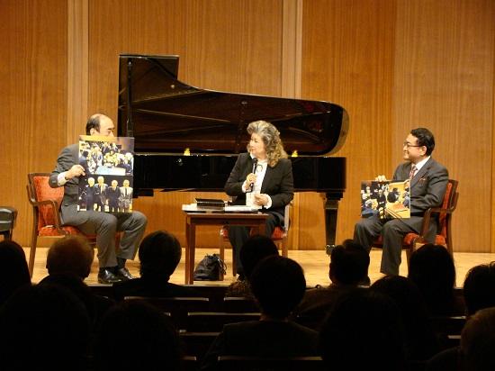 なつかしい写真も登場した特別トーク、左から佐野、眞鍋氏、北氏